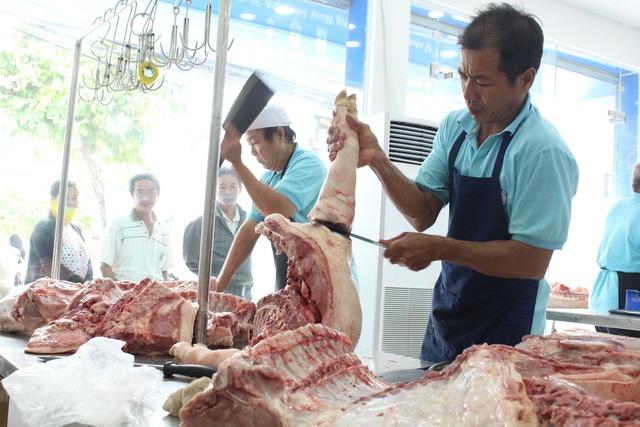Nhiều tiểu thương bán thịt heo tại các chợ truyền thống than rằng, dù giá đã giảm mạnh nhưng buôn bán vẫn ế