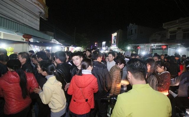 Đến 20h giờ tối, đường vào chợ Viềng đã ùn tắc cục bộ do số lượng du khách đổ về quá đông.