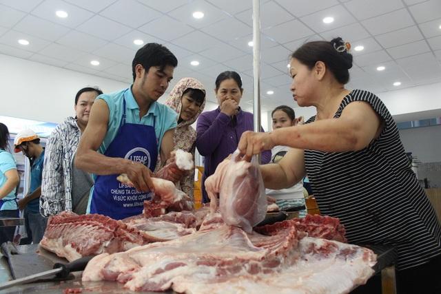 Mặc dù các tiểu thương khăng khăng nói giá thịt đã giảm mạnh so với trước đây, tuy nhiên giá bán lẻ đến tay người tiêu dùng cũng còn khá cao