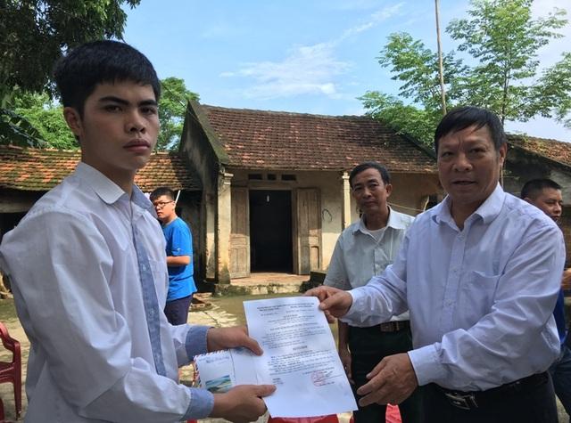 Ông Nguyễn Xuân Dũng, Phó Chủ tịch thường trực Hội Khuyến học tỉnh Thanh Hóa trao tiền thưởng nóng cho em Lê Hữu Hiếu.