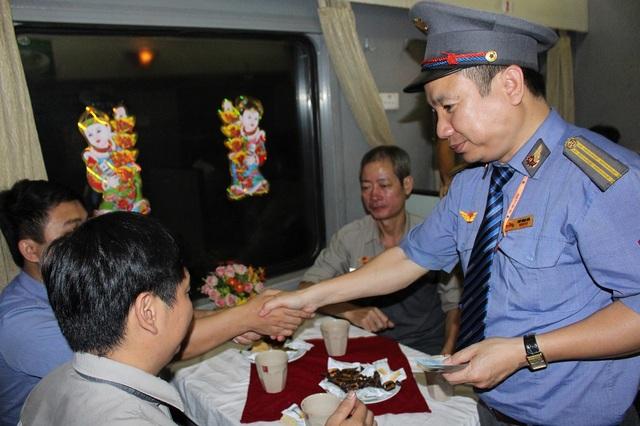 Trưởng tàu TN2 - Ngô Ngọc Anh chúc Tết và lì xì đến từng hành khách được mời đón giao thừa trong toa dịch vụ