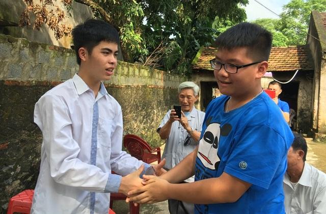 Ông Phạm Phú Thang, ở thành phố Thanh Hóa đã quyết định trích tiền lương hưu để trao thưởng cho em Hiếu