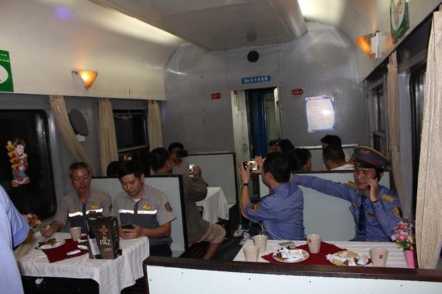 Tết của những người trên chuyến tàu TN2 đưa hành khách về quê đoàn tụ cùng gia đình