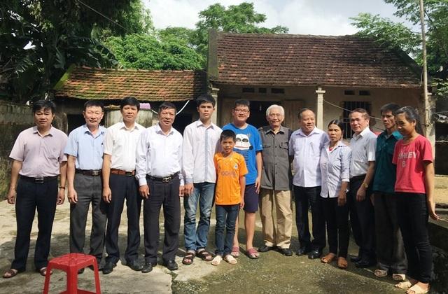 Đoàn công tác của Hội khuyến học, UBND huyện và các cá nhân nhà hảo tâm chụp ảnh lưu niệm cùng gia đình em Hiếu