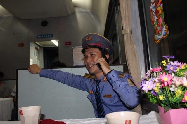 Phó tàu TN2 Trần Đức Xuyên trong khoảnh khắc chúc Tết người thân giây phút đón giao thừa ở trên tàu