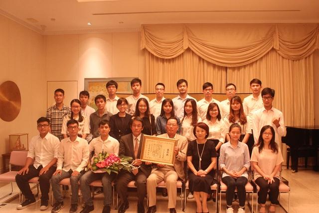 Đại sứ Umeda Kunio và phu nhân chụp ảnh cùng ông Ichimura Yasuo và các học viên lớp tiếng Nhật do ông Yasuo giảng dạy tại lễ trao bằng khen của Bộ trưởng Ngoại giao Nhật Bản (Ảnh: Thành Đạt)