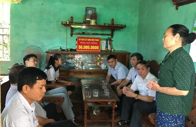 Tập đoàn xây dựng Miền Trung và lãnh đạo huyện Yên Định cùng Hội Khuyến học huyện Yên Định đến thăm, động viên và tặng học bổng đến em Trịnh Thị Hồng.