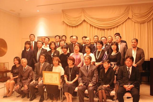 Đại sứ Umeda Kunio và phu nhân chụp ảnh cùng bà Komatsu Miyuki và những người bạn thân của bà Komatsu tại lễ trao bằng khen của Bộ trưởng Ngoại giao Nhật Bản (Ảnh: Thành Đạt)