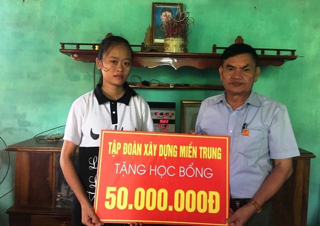 Tập đoàn xây dựng Miền Trung tặng học bổng 50 triệu đồng tới em Hồng