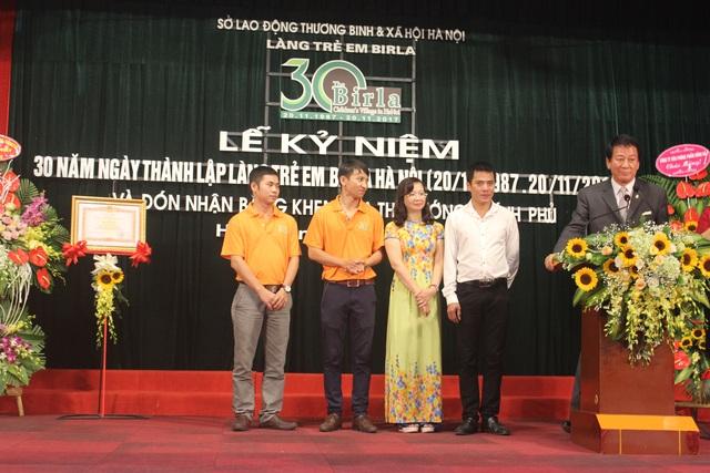 Đại sứ đặc biệt Nhật - Việt/ Việt - Nhật Sugi Ryotaro đứng cạnh 4 người con nuôi đầu tiên của ông tại Làng trẻ em Birla (Ảnh: Thành Đạt)