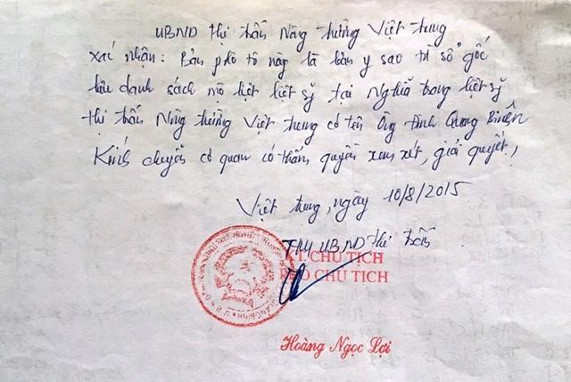 Chính quyền địa phương sở tại xác nhận phần mộ liệt sĩ của ông Đinh Quang Biên tại Nghĩa trang Liệt sĩ thị trấn Nông trường Việt Trung, huyện Bố Trạch, tỉnh Quảng Bình