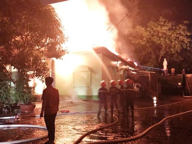 Lực lượng PCCC nỗ lực suốt hơn 2 giờ mới khống chế được đám cháy.