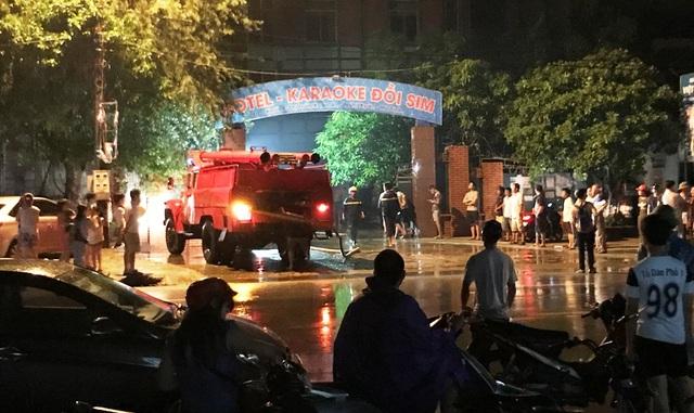 Đám cháy được dập tắt cũng là lúc quán karaoke Đồi Sim thành tro tàn, thiệt hại nặng nề.