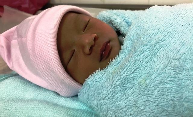 Có rất nhiều người đến bệnh viện quận 2 bày tỏ muốn nhận bé làm con nuôi.