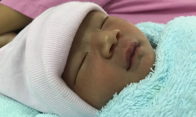 Bé gái sơ sinh vừa chào đời đã có nguy cơ không được cha mẹ đẻ nuôi dưỡng