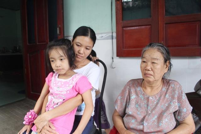 Gia đình chị Phan Thị Thơ (áo trắng) trình bày sự việc với báo chí, chiều 29/8