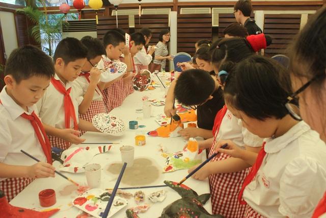 Tại Đại sứ quán Pháp, các em nhỏ đã được cùng nhau vui chơi, tự tay vẽ mặt nạ, làm bánh trung thu và phá cỗ cùng Đại sứ Bertrand Lortholary. Đây đều là những hoạt động ý nghĩa nhân ngày Tết trung thu.