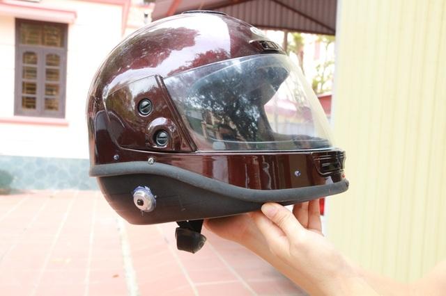 Mũ bảo hiểm tự cầu cứu, tự lọc không khí của hai nhà khoa học nhí Ninh Bình.