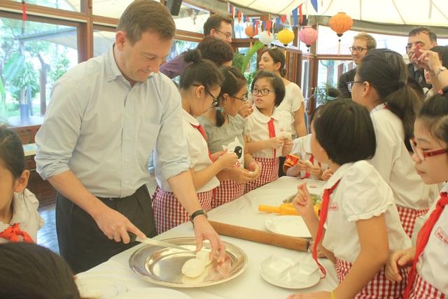 Đại sứ Bertrand Lortholary cũng cùng các em nhỏ làm bánh trung thu truyền thống của Việt Nam ngay tại khuôn viên đại sứ quán.
