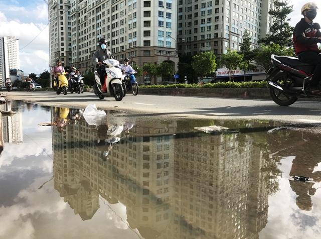 Chiều ngày 27/8, dù trời nắng ráo nhưng tại nhiều đoạn trên tuyến đường Nguyễn Hữu Cảnh vẫn ngập nước.