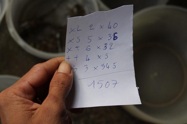 Một ngư dân với thành quả là hơn 1,5 triệu đồng sau khi bán tôm hùm nhí