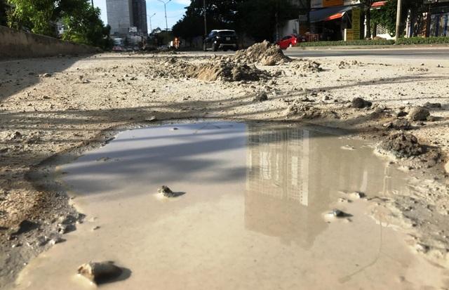 Sình, đất...rơi vãi trên đường Nguyễn Hữu Cảnh từ một số công trình xây dựng trên tuyến đường này.