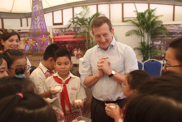 Vào sáng ngày 29/9, tại Hà Nội, Đại sứ Bertrand Lortholary đã đón 20 học sinh lớp song ngữ trường Tiểu học Điện Biên tới Đại sứ quán Pháp và cùng các em tham gia nhiều hoạt động có ý nghĩa nhân dịp Tết trung thu cổ truyền của Việt Nam.