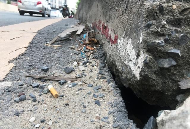 Ngay đầu đường dẫn vào hầm chui cầu Văn Thánh, xuất hiện lỗ thủng khá lớn và kéo dài dọc đường vào hầm.