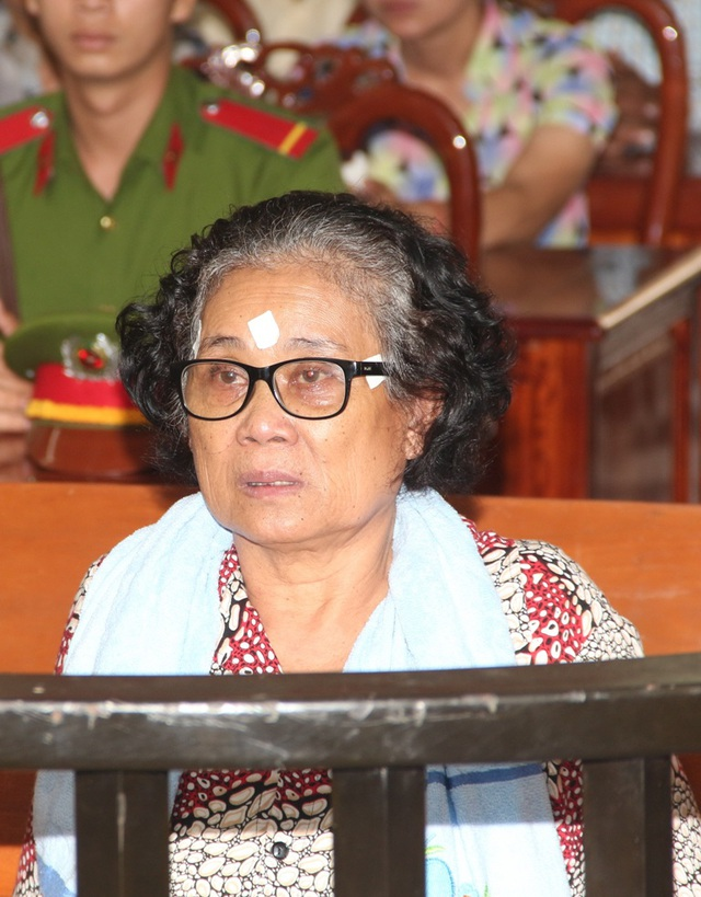 """Kết thúc phiên tòa, HĐXX đã tuyên phạt bị cáo Vuoch Hea 02 năm 03 tháng tù về tội """"Vận chuyển trái phép hàng hóa, tiền tệ qua biên giới""""."""