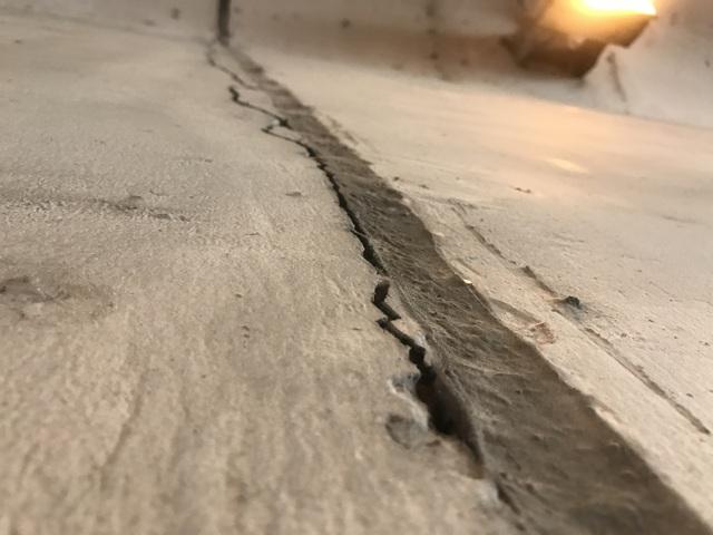 Bên trong hầm chui, 1 vết nứt khá lớn và dài xuất hiện trên vách đốt bê tông hầm.