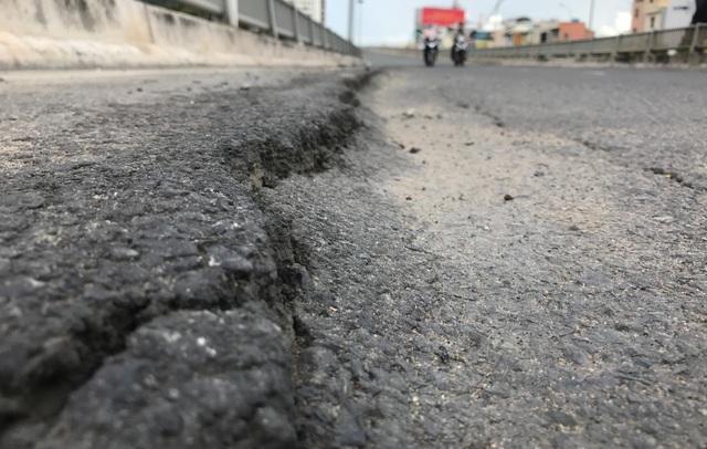 Tại dốc cầu vượt Thủ Thiêm (hướng theo nhánh cầu từ Quận 2 về Quận 1 trên đường Nguyễn Hữu Cảnh), tình trạng hằn lún khiến mặt đường bị trồi nhựa nhiều cm dọc 2 bên lề đường...