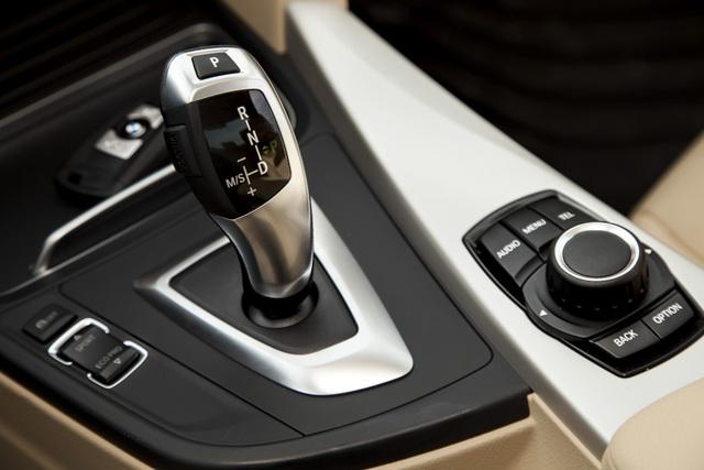Xe sở hữu hộp số hộp số 8 cấp với phần mềm điều tiết độc quyền đáp ứng sự chuyển số (Adaptive Transmission Management) giúp xe vận hành êm ái nhẹ nhàng và tiết kiệm nhiên liệu một cách đáng kể cũng như cảm giác tăng tốc và chạy trớn của xe BMW so với các dòng xe khác trong cùng phân khúc.
