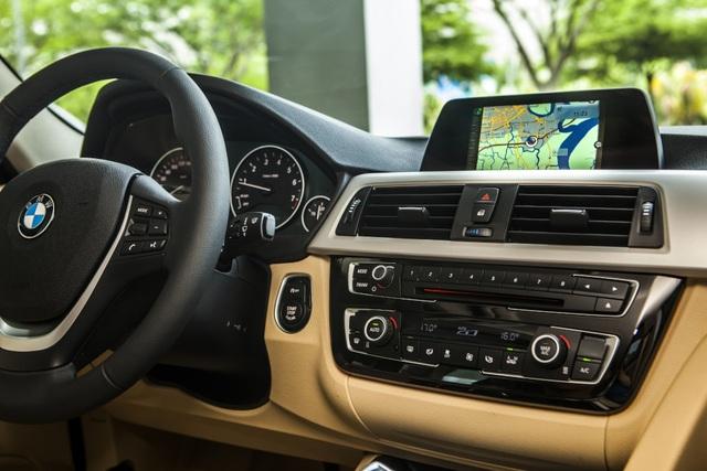 Tổng thể, BMW 3 Series có thiết kế bắt mắt, thân xe được làm từ vật liệu công nghệ nhẹ (Lightweight Engineering), thông minh giúp giảm đáng kể trọng lượng và giúp tiết kiệm nhiên liệu cũng như vận hành tốt hơn. Ngoài ra, mẫu BMW 320i phiên bản đặc biệt còn được trang bị các tính năng như BMW Navigation, Head-up Display, Comfort Access System.