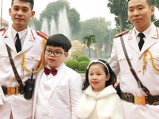Nguyễn Như Khôi và bé gái cùng đón đoàn ngoại giao hoàng gia Nhật Bản, bên cạnh là các tiêu binh.