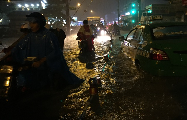 Đường ngập nước tại nút giao đường sắt với đường Tô Ngọc Vân, quận Thủ Đức khiến giao thông ùn ứ.