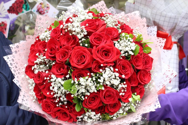 Một bó hồng Ecuador 50 bông có giá gần 10 triệu đồng