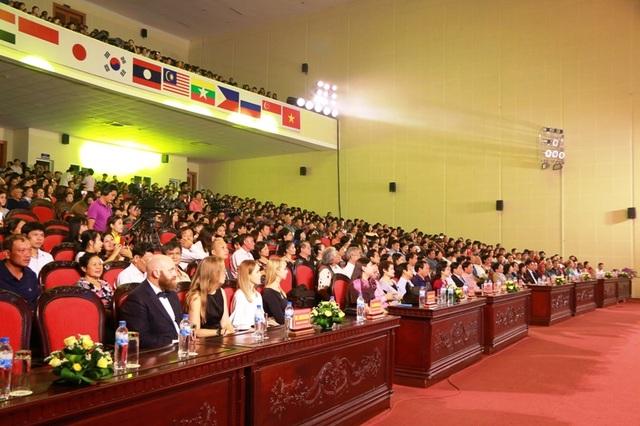 Đông đảo các nghệ sĩ, khán giả đến tham dự buổi khai mạc liên hoan Múa quốc tế 2017.