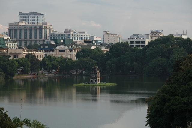 Hồ Hoàn Kiếm còn được gọi là Hồ Gươm có diện tích khoảng 12 ha nằm ở trung tâm của Hà Nội. Đây được xem là danh thắng tự nhiên bậc nhất của đất Tràng An.