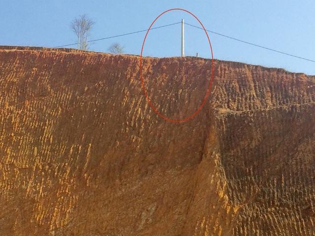 Một trong số những cột điện nằm chơi vơi trên đỉnh đồi không biết đổ lúc nào.
