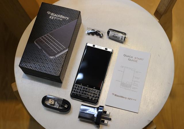 Bên trong hộp máy, Blackberry tích hợp sạc, cáp USB Type-C, tai nghe và sách hướng dẫn.
