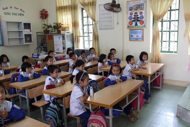 Học sinh tiểu học huyện Đô Lương (Nghệ An) trong giờ uống sữa