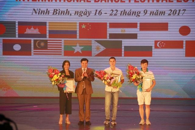 Giám đốc Sở Văn hóa - Thể thao Ninh Bình trao giải diễn viên xuất sắc tại liện hoan cho 3 diễn viên.