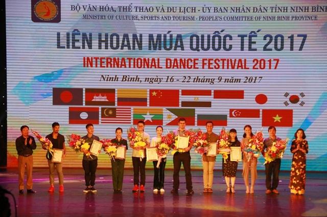 Thứ trưởng Bộ Văn hóa, Thể thao và Du lịch Vương Duy Biên cùng bà Nguyễn Thị Thanh - Bí thư Tỉnh ủy Ninh Bình tặng hoa cho các thành viên Ban giám khảo