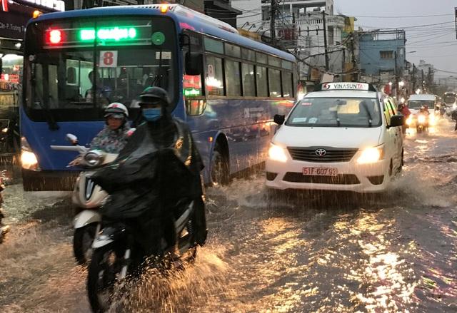 Mưa trắng trời khắp các quận huyện từ trung tâm ra đến ngoại thành TPHCM.