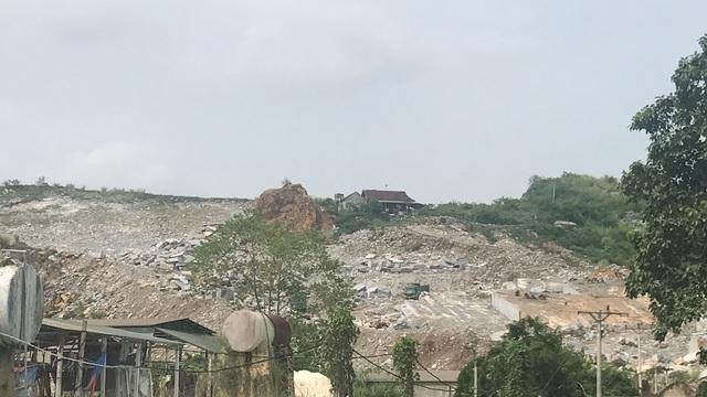 Một điểm mỏ khai thác của Công ty TNHH Long Anh đang cầm cự vì đá không được đẹp như trong thăm dò.