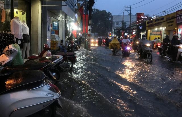 Mưa trắng trời, người Sài Gòn khốn đốn vì ngập nước, kẹt xe - 7