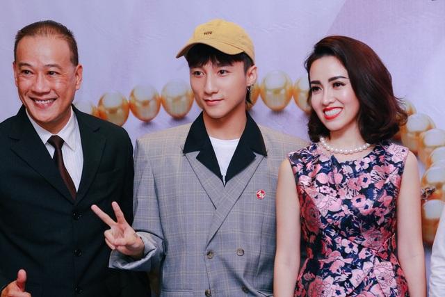 Mới đây, các fan vui mừng khôn xiết khi cái tên Sơn Tùng cùng album M-TP chễm chệ trên 2 bảng đề cử của giải thưởng âm nhạc PopAsia Awards ở hạng mục Best Album (Album hay nhất) và Best Solo (Sản phẩm solo hay nhất). Đây là giải thưởng uy tín nhiều năm của kênh truyền hình nổi tiếng PopAsiaTV dành cho thị trường âm nhạc châu Á.