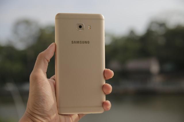 Về mặt thiết kế, Galaxy C9 Pro sử dụng khung kim loại nguyên khối với các góc bo tròn nhẹ ở cạnh.
