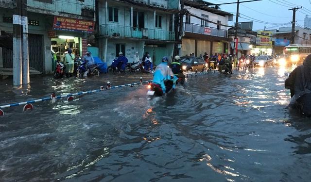 Mưa trắng trời, người Sài Gòn khốn đốn vì ngập nước, kẹt xe - 10