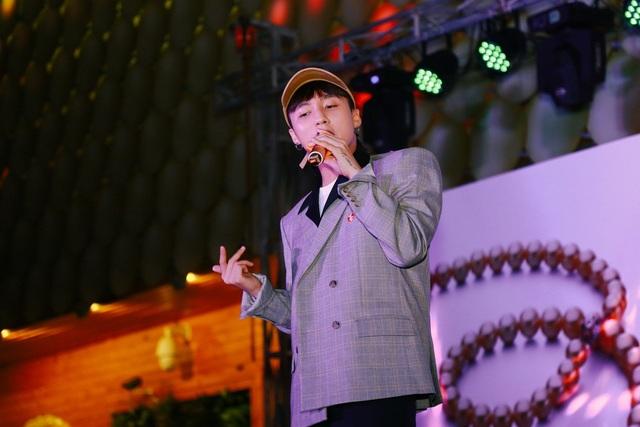"""Ngay khi vừa bước lên sân khấu, Sơn Tùng đã khiến các fan tại """"đảo ngọc"""" Phú Quốc đứng ngồi không yên khi thể hiện liền tù tì 3 ca khúc: Lạc trôi, Nơi này có anh và Em của ngày hôm qua."""